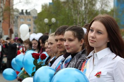 выпускники школьники воздушные шары Фото: admhmansy.ru