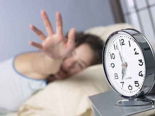 перевод времени будильник часы спать кровать|Фото: