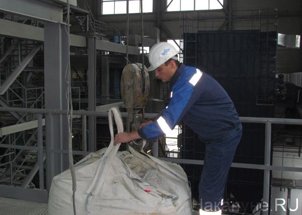 полярный кварц рабочий грузит кварцевую руду в сушилку|Фото: Накануне.RU