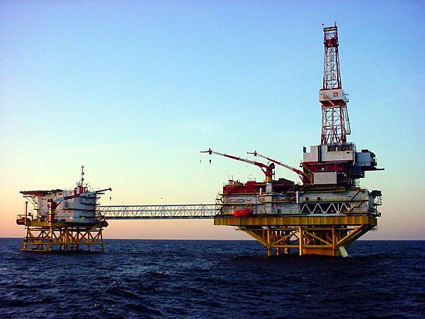 газ нефть морская буровая платформа(2004) Фото: www.lukoil.ru