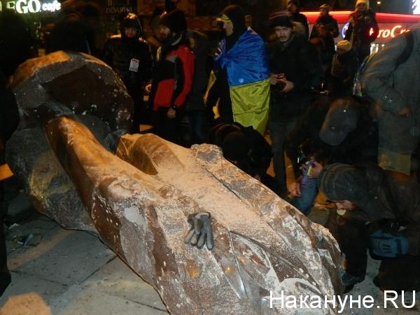 разрушили памятник Ленину в Киеве|Фото:Накануне.RU