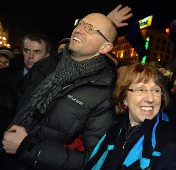 Кэтрин Эштон и Яценюк на Майдане|http://photo.segodnya.ua/kak-ketrin-eshton-progulivalas-po-maydanu-pod-ruchku-s-yacenyukom-481750.html