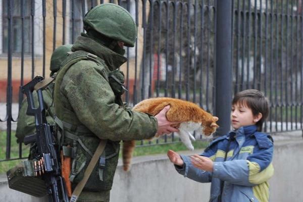 вежливые люди, кот, крым|Фото:sevastopolnews.inf