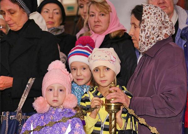 десница святителя Спиридона Тримифунтского, паломники, святыня, дети|Фото: ekaterinburg-eparhia.ru