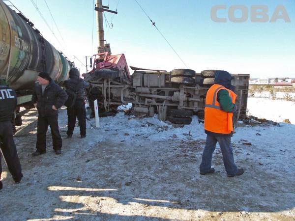 поезд грузовик ДТП переезд Фото: Служба спасения СОВА