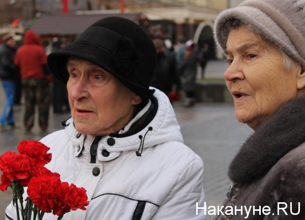 памятник Сталину, две гвоздики, акция|Фото: Накануне.RU