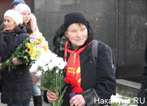 памятник Сталину, две гвоздики, акция, ссср|Фото: Накануне.RU