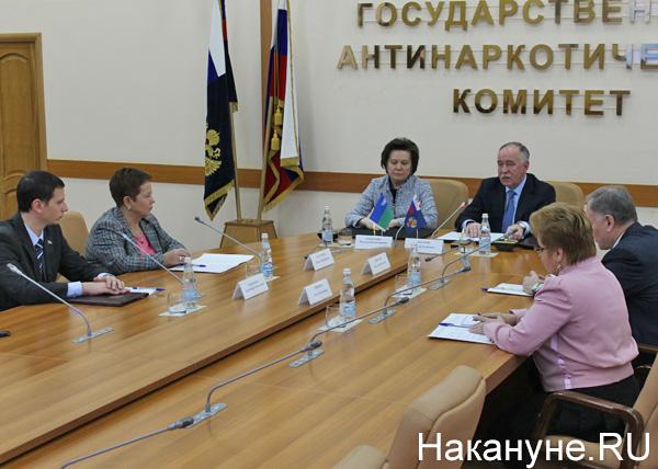 губернатор ХМАО Наталья Комарова, директор ФСКН Виктор Иванов, соглашение|Фото: Накануне.RU
