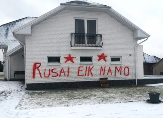 """Rusai eik namo"" (Русские, убирайтесь домой!), надпись, Литва|Фото: http://ruposters.ru/archives/11453"