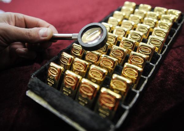 золото, слитки, лупа|Фото: ТАСС / Донат Сорокин