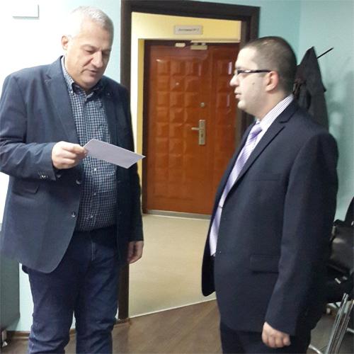 вручение мандата депутатом Думы Югры представителю ЛДПР Виктору Сысуну|Фото: ldpr86.ru