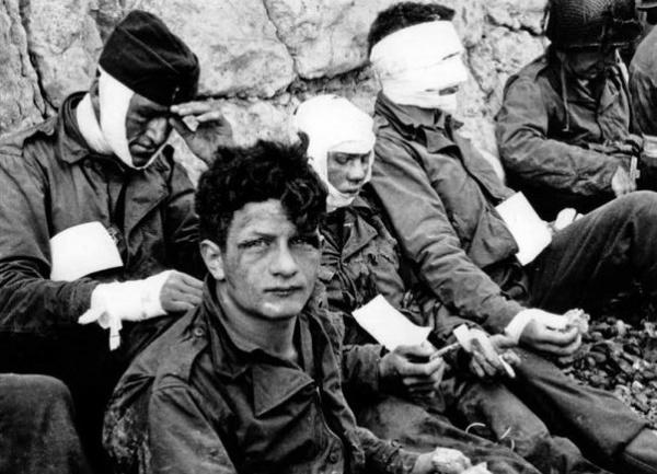 Американские солдаты, получившие ранения на Омаха-бич. 6 июня 1944|Фото: Тейлор