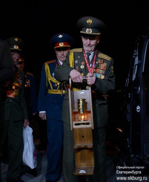 Частичка Вечного огня доставлена в Екатеринбург|Фото:Администрация Екатеринбурга