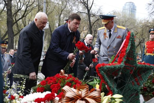 возложение цветов к памятнику Жукову, Евгений Куйвашев Фото: Департамент информационной политики губернатора Свердловской области