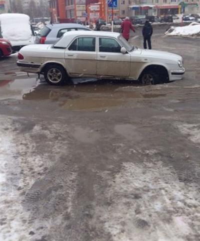 Шина в яме, Нижневартовск|Фото: vk.com