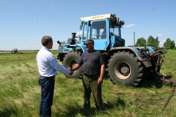 Алексей Кокорин тракторист посевная|Фото: пресс-служба губернатора Курганской области