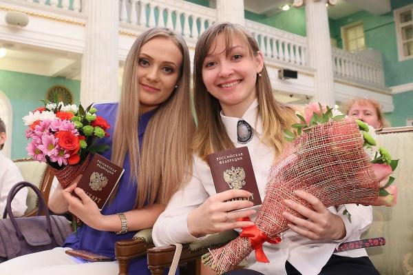 вручение российских паспортов, Евгений Куйвашев|Фото: Департамент информационной политики губернатора Свердловской области