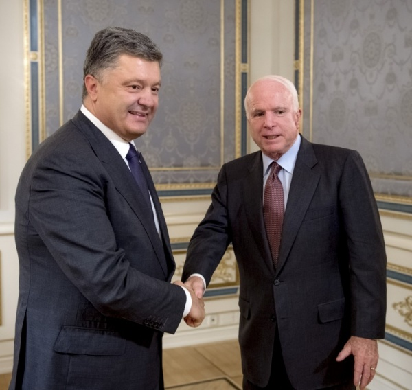 Петр Порошенко, Джон Маккейн(2015)|Фото:сайт президента Украины