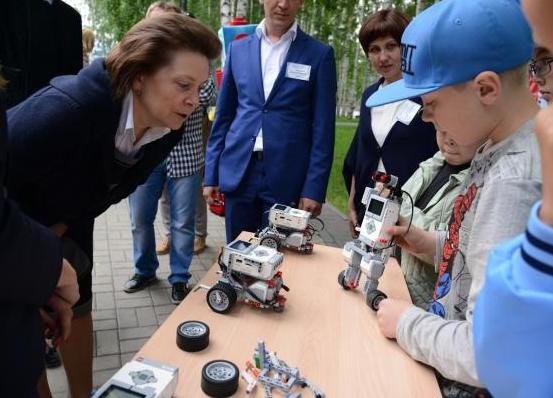 Наталья Комарова, робот|Фото: правительство ХМАО