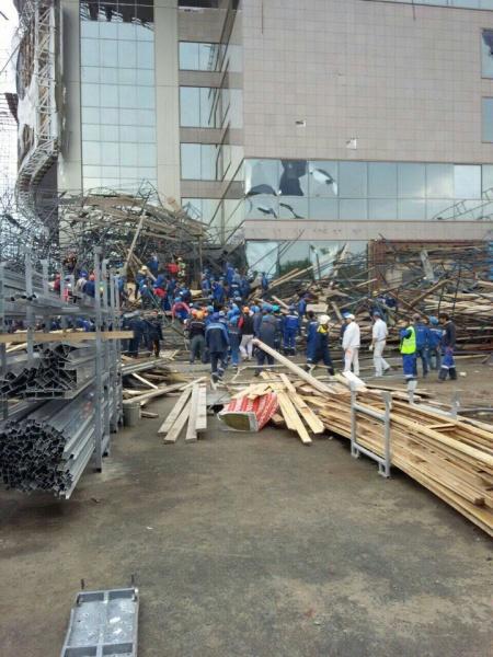 падение строительных лесов в Сургуте|Фото: vk.com