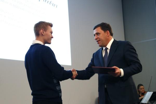 Евгений Куйвашев, награждение школьников|Фото: Департамент информационной политики губернатора
