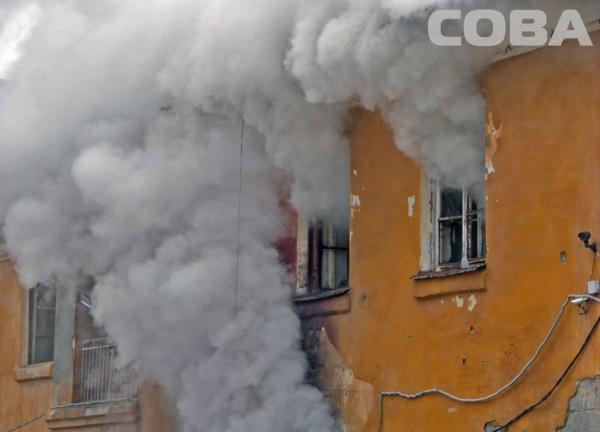 пожар на улице Испытателей, огонь, дым|Фото:служба спасения Сова