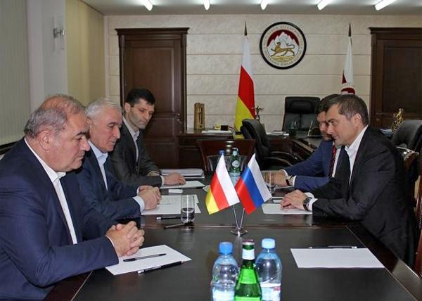 Леонид Тибилов, Владислав Сурков Фото: пресс-служба президента Южной Осетии