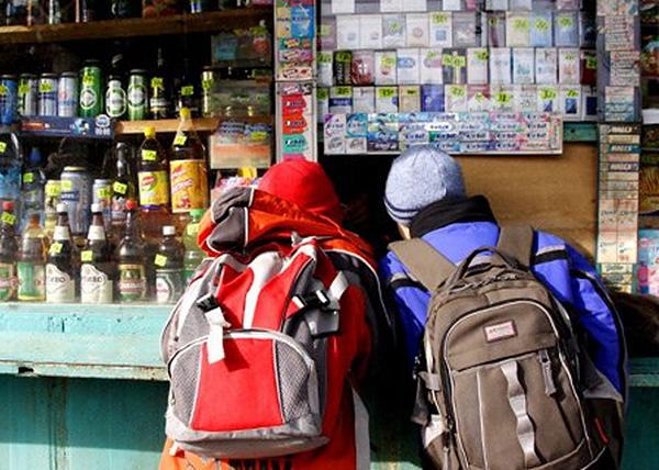 школьники, киоск, алкоголь, табак(2015)|Фото: doydu.ru