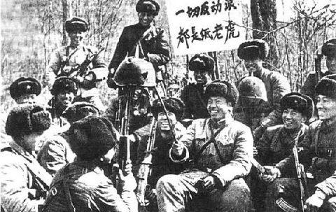 Китайские бойцы с захваченной советской каской|Фото: