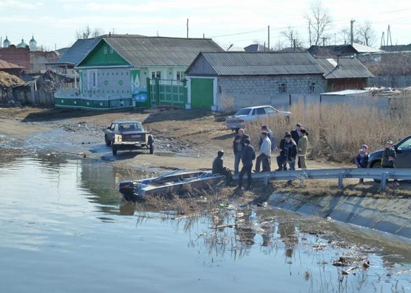 Осущесвление лодочной переправы в районе автодороги Курган-санаторий Сосновая Роща|Фото: МЧС по Курганской области