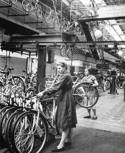 Цех сборки велосипедов на 1-м Государственном автомобильном заводе им. И.В. Сталина. ЗИЛ сто лет|Фото: