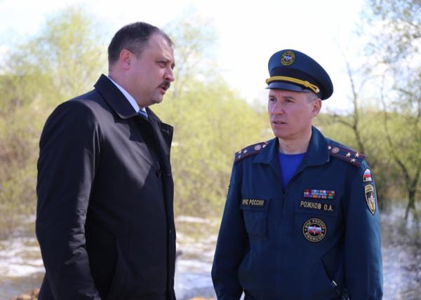 Выездное совещание Олега Рожкова и Сергея Руденко|Фото: МЧС по Курганской области