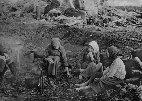 На пепелище родного дома. Смоленская область, октябрь 1943 г.|Фото: altfast.ru