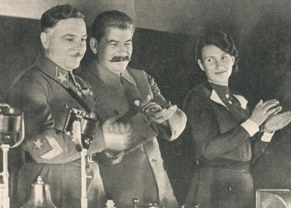 Сталин, Ворошилов и Валентина Хетагурова |Фото: proznanie.ru