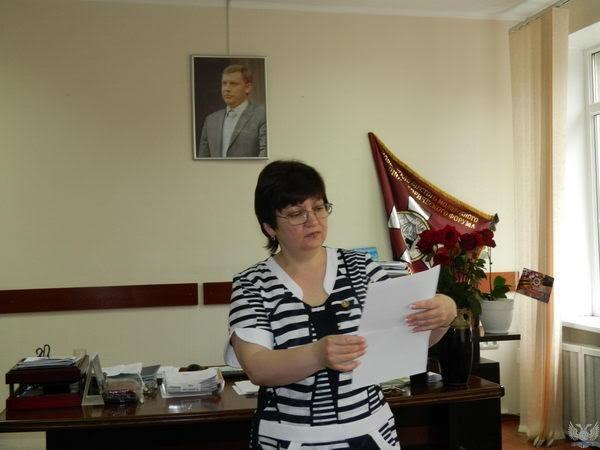 Полякова вскрывает конверт|Фото: Накануне.RU